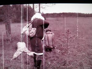 Desantit 1942 -lyhytelokuvassa joulupukki teloittaa kaksi desanttia. Lasten usko kilttiin joulupukkiin horjuu vakavasti.