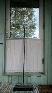 Mummo oli laittanut rivitalonsa ovelle harjan merkiksi, ettei ketään ole kotona. Ulkomaalaiset rosvot eivät tätä ymmärtäneet, vaan yrittivät sähköisesti murtautua huomaamattomasti asuntoon tässä epäonnistuen pahemman kerran.
