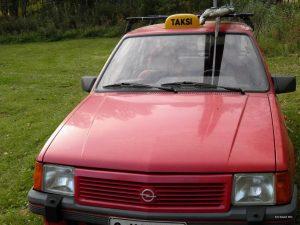 Öber-taksi ilmestyi Ämmänsaaren katukuvaan. Halpa, epämukava ja epävarma taksikyyti sopii jännitystä kaipaaville matkustajille.